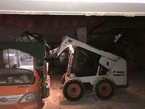 山猫滑移装载机室内清运建筑垃圾案例